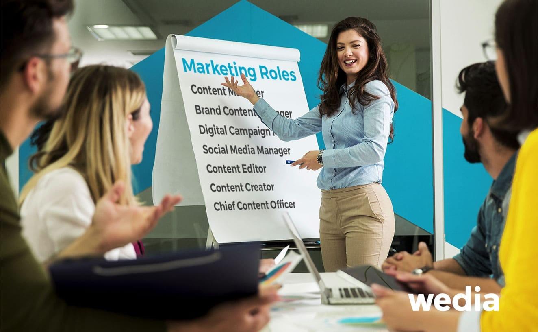 Eine Frau beschreibt die verschiedenen Marketingrollen